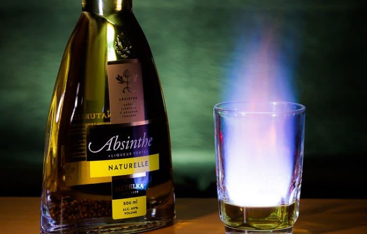 Garrafa e copo de Absinto flambado