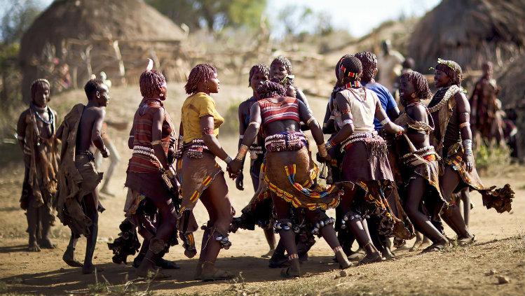 Indígenas dançando