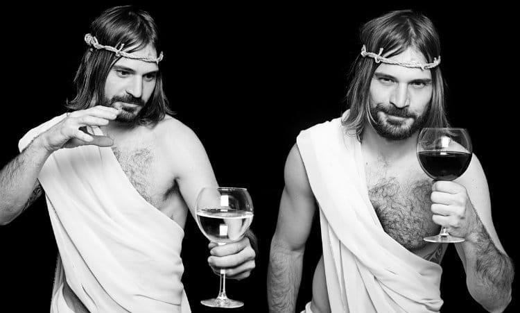 Jesus bebendo vinho