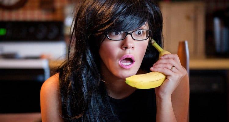 Mulher falando no telefone com uma banana