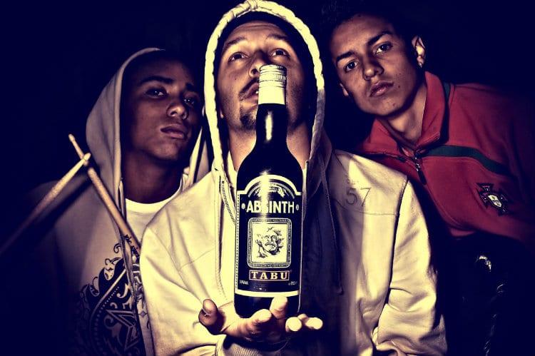 Rappers segurando uma garrafa de absinto