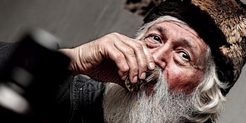 Velho feliz bebendo cachaça