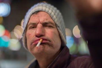 Homem bêbado fumando