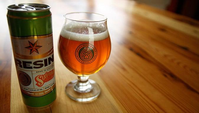 Lata e copo da cerveja Resin