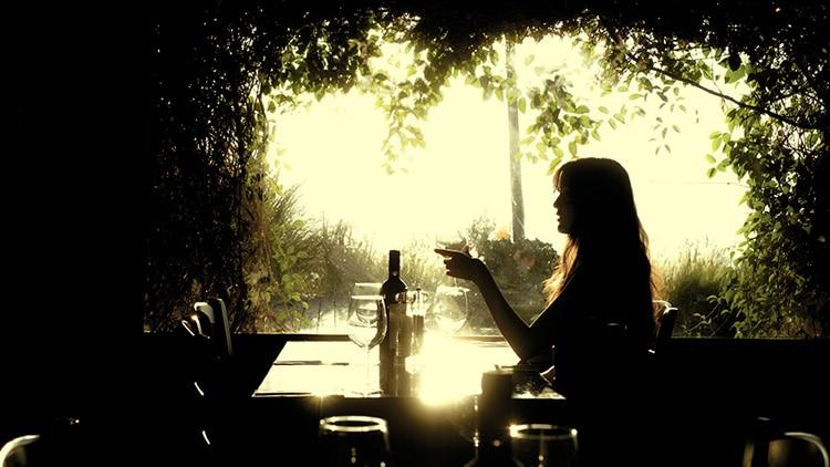 Mulher bebendo sozinha