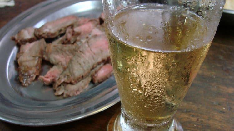 Cerveja gelada e carne de churrasco