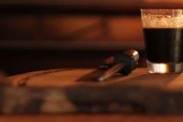 Copo de cerveja e tábua de churrasco