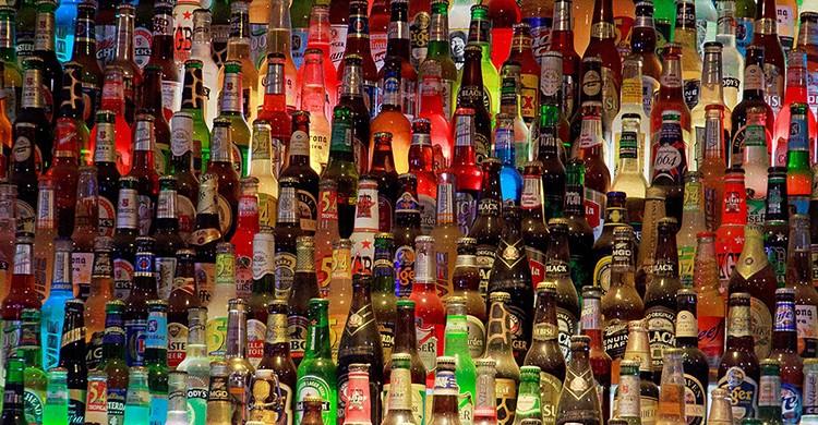 Prateleira com garrafas de cerveja