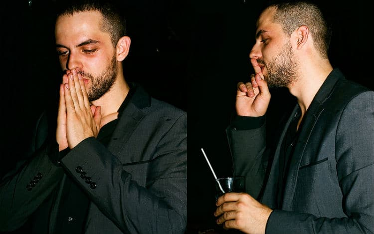 Homem bêbado rezando