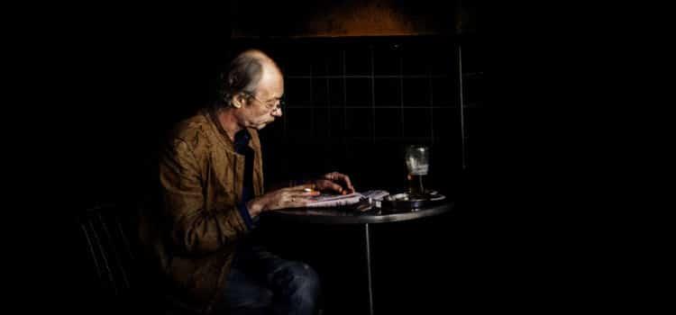 Homem trabalhando e bebendo cerveja