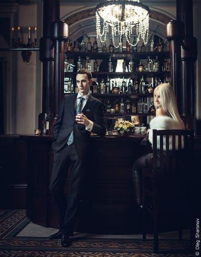 O cara no bar com sua mulher