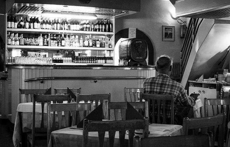 Homem sozinho no bar