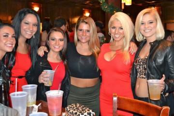 Mulheres dentro de um bar