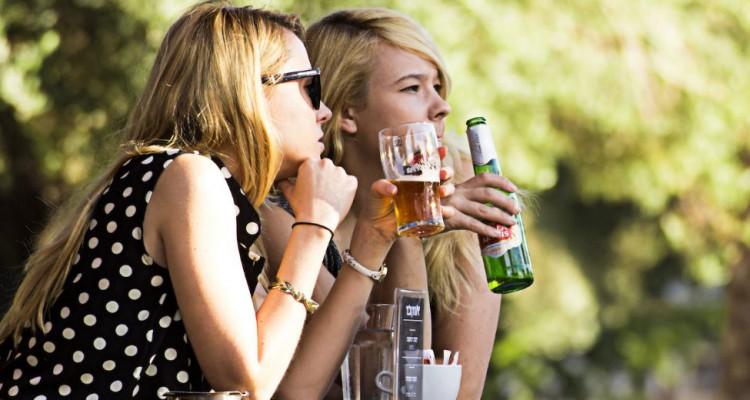 Mulheres bebendo cerveja