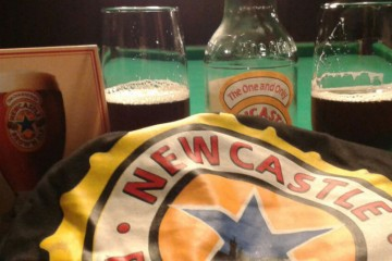 Garrafa e copos da Newcastle Brown Ale