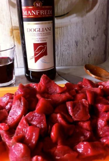 Carne cortada e vinho tinto