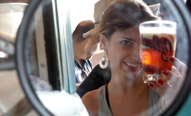 Mulher olhando no espelho com uma Indica