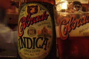 Garrafa e copo da cerveja Indica