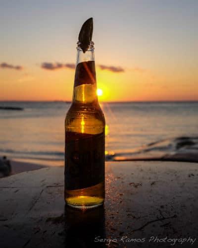 Garrafa da cerveja Sol na praia