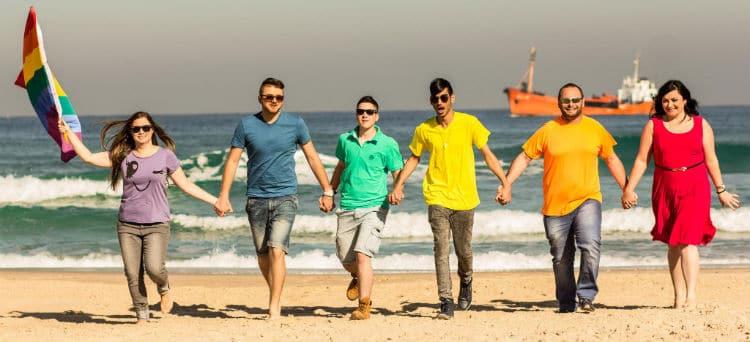 Gays caminhando na praia