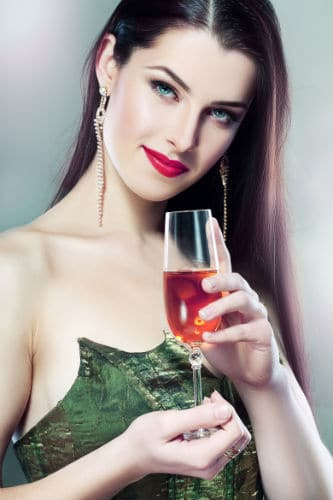 Mulher linda bebendo
