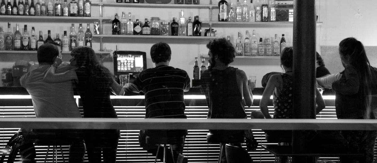 Amigos bebendo no bar