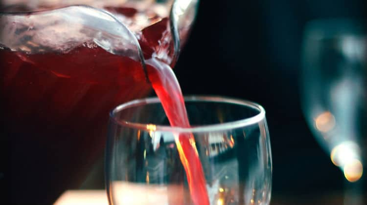 Jarra colocando sangria de vinho