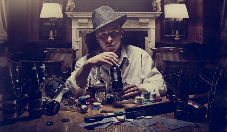 Homem bêbado jogando poker