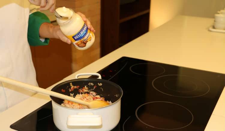 Maionese Hellmann's na preparação do prato