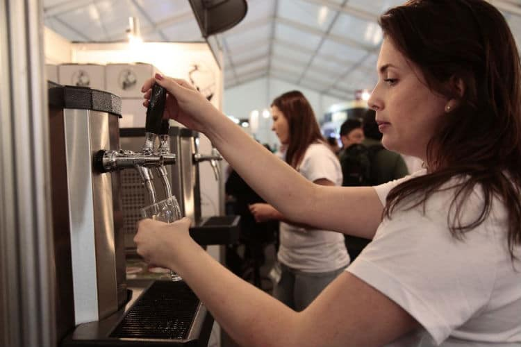 Cervejeira colocando chopp no Mondial de La Bière 2014
