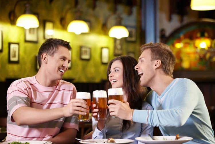 Brinde de amigos no bar
