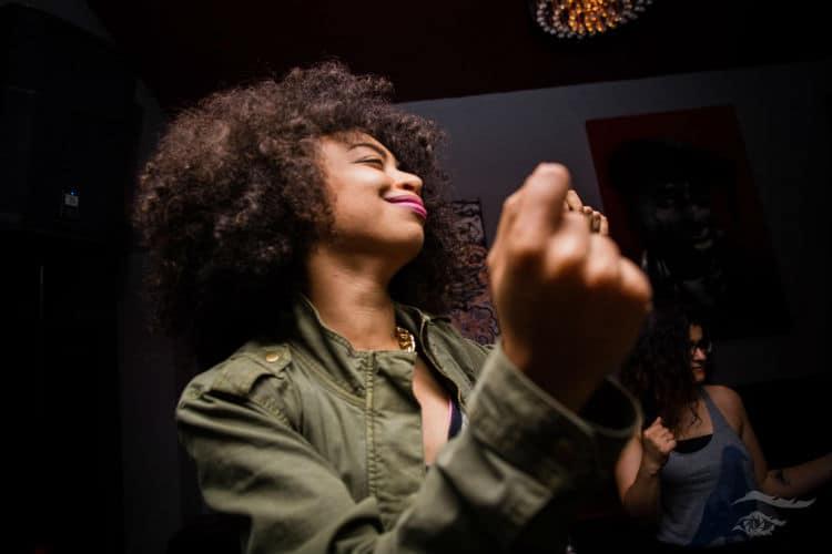 moça bêbada dançando