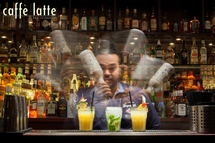 barman fazendo drinks