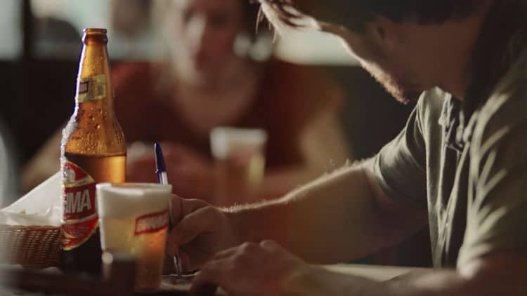 homem e mulher paquerando no bar
