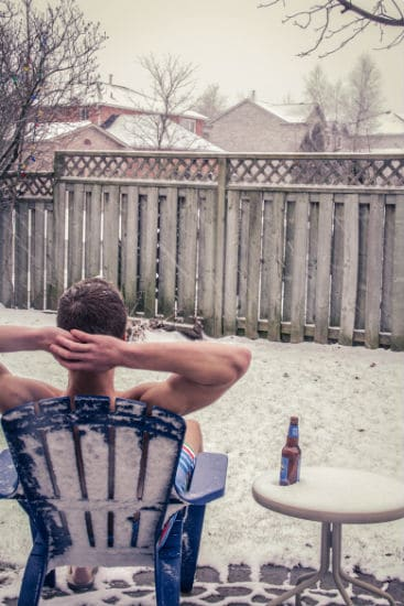 homem na neve bebendo cerveja