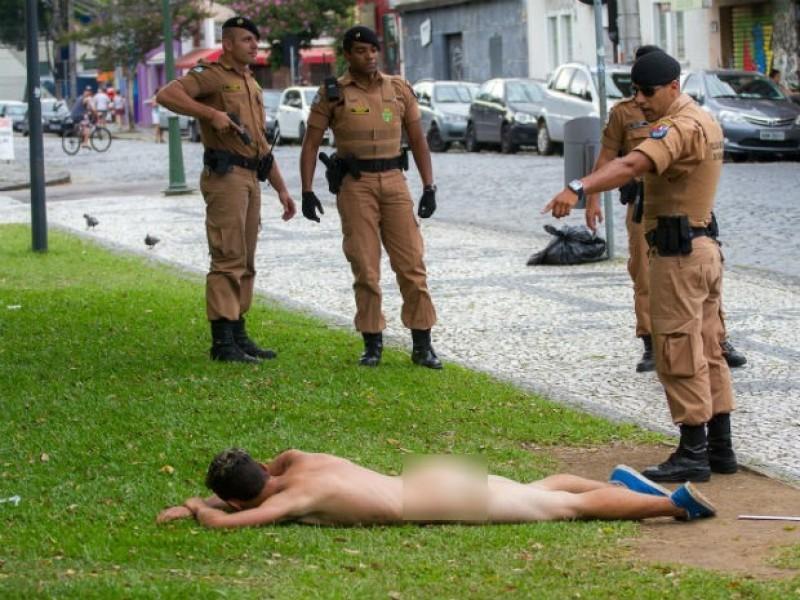 PM abordando homem nu