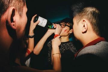 amigos bebendo champagne