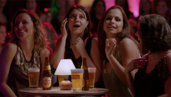Mulheres bebendo cerveja no bar