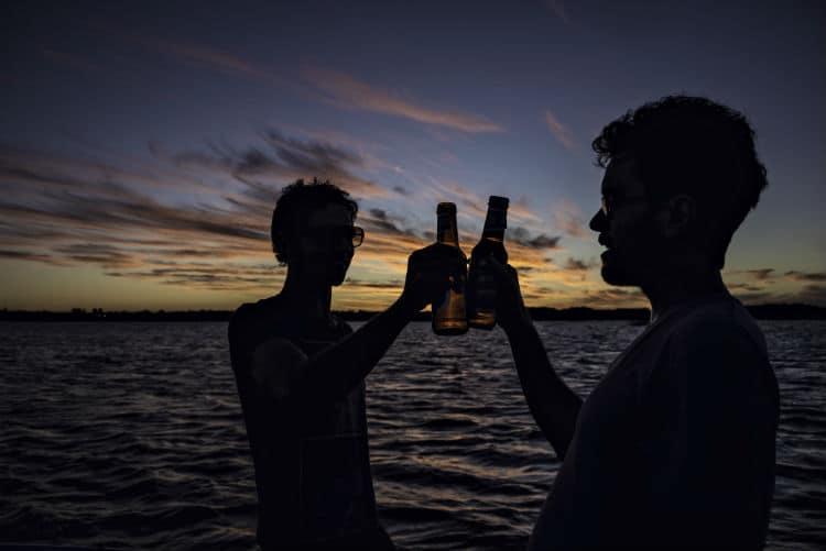 brinde entre amigos