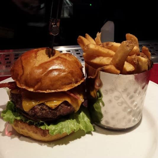 Hambúrguer e batata Hard Rock Cafe Curitiba