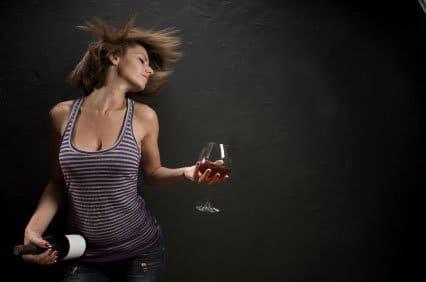 Uvas e música: mulher com taça de vinho