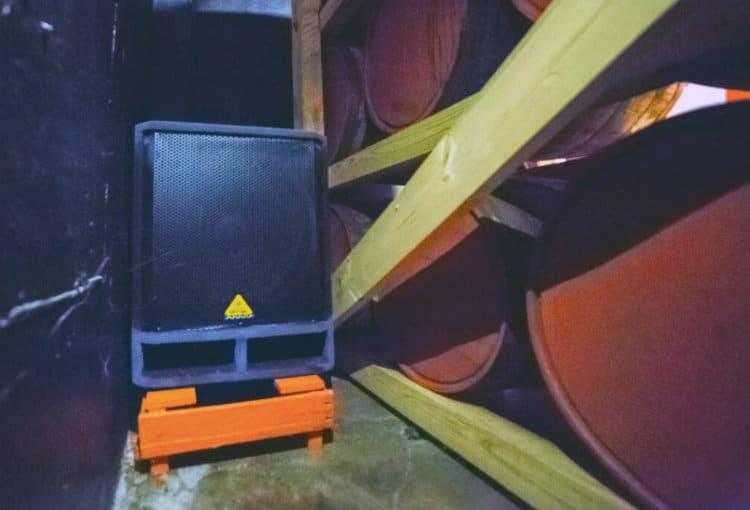 caixa de som nos barris do conhaque musical