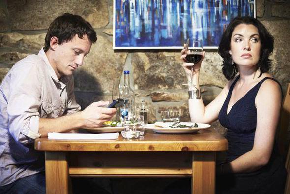 casal bebendo e homem no celular