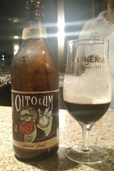 Garrafa da cerveja Oito e Um e taça da Bohemia