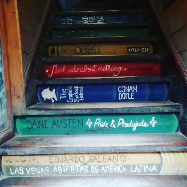 Escadaria imitando livros