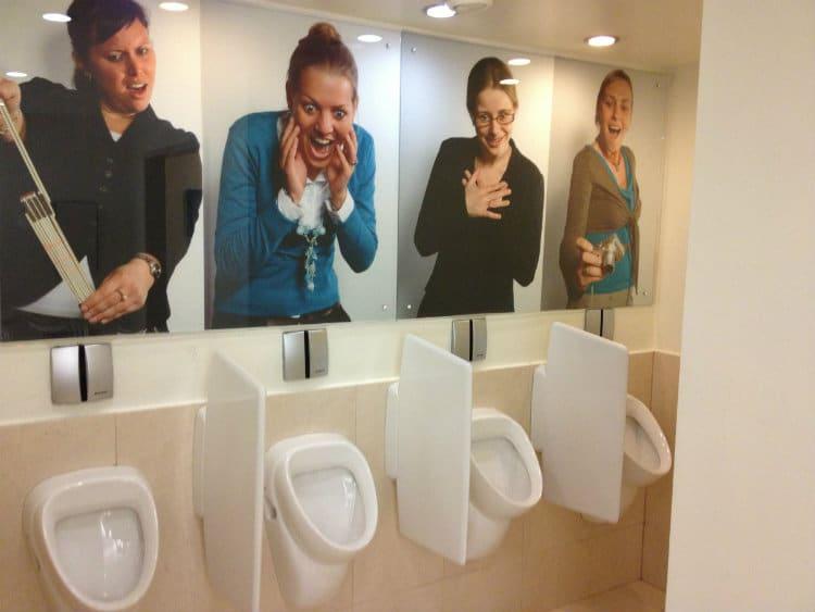 mulheres nos banheiros de bares