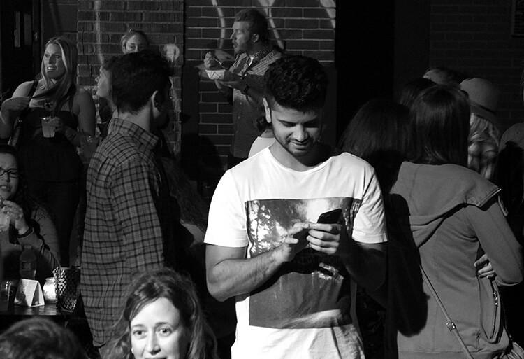 homem no celular mexendo nos apps de relacionamento