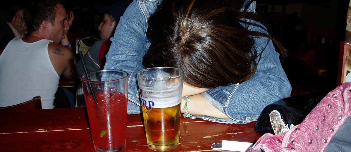 Resultado de imagem para mesa de bar com BEBADO