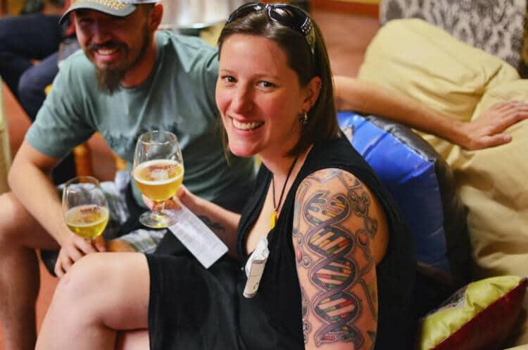 mulheres tatuadas bebendo cerveja