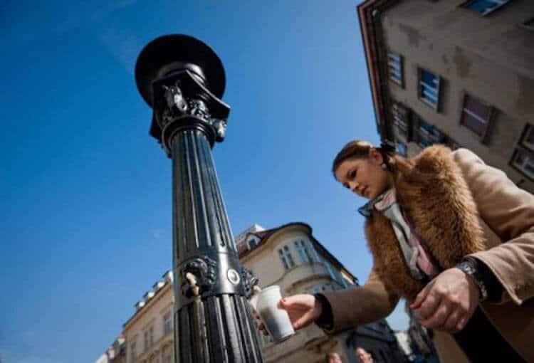 A prefeitura de Zalec resolveu inovar e criou a primeira fonte pública de cerveja, onde os visitantes pagam 6 euros por uma caneca que pode ser enchida 3 vezes com cerveja de Bratislavia